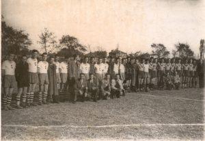 """24 октомври 1943 г., отборите на Спортклуб (отляво) и Ботев (отдясно) преди финала за купа """"Тримонциум"""""""