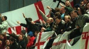 Английски фенове с нацистки поздрав